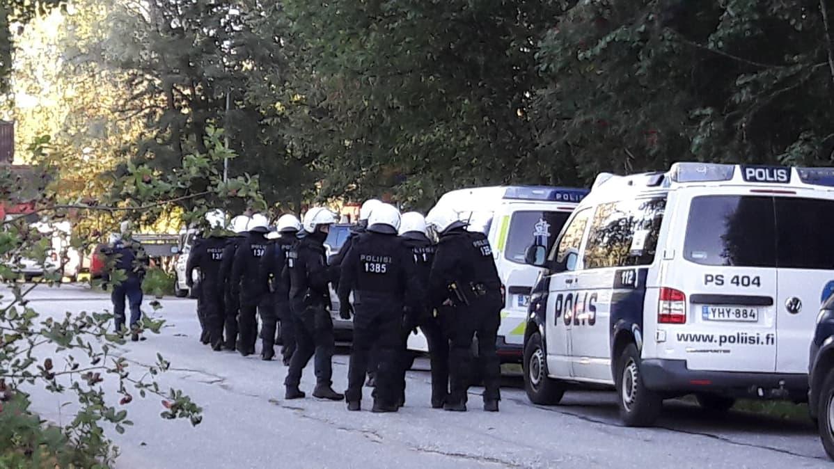Poliisi aloitti operaation afgaaniperheen maasta poistamiseksi.