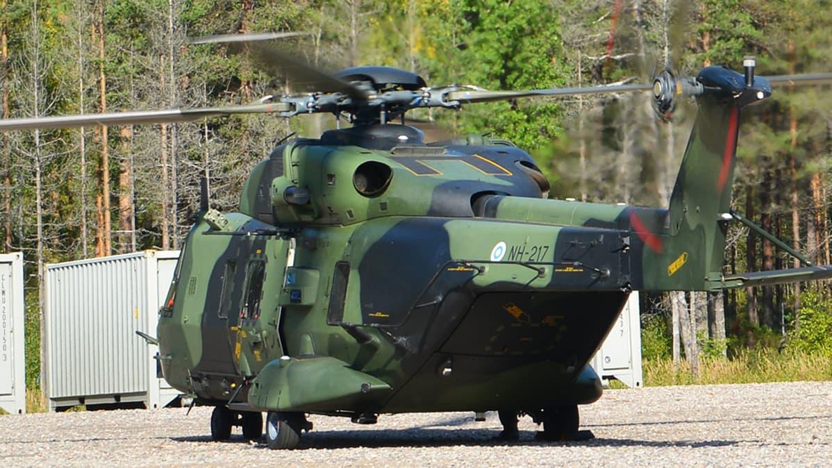 NH90-kuljetushelikopteri maassa.