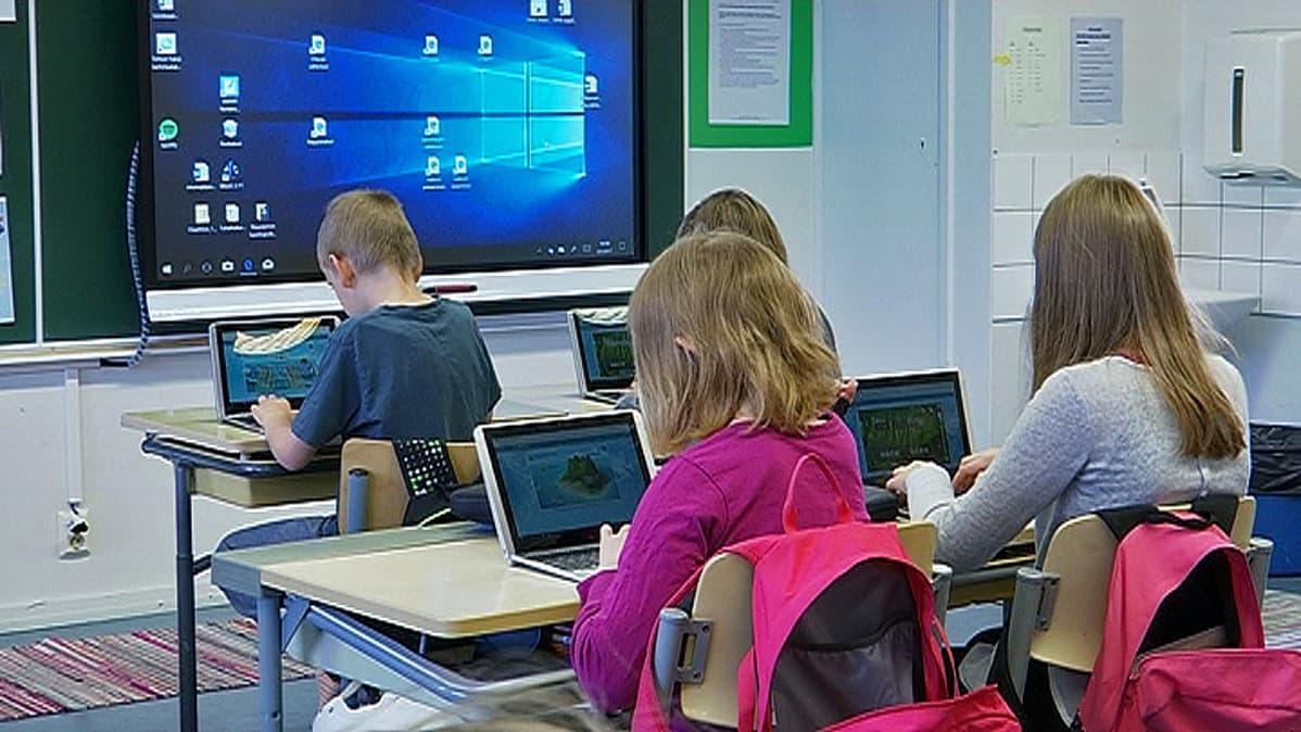 Viidesluokkalaiset käyttävät tabletteja tunnilla Linnalan koulussa