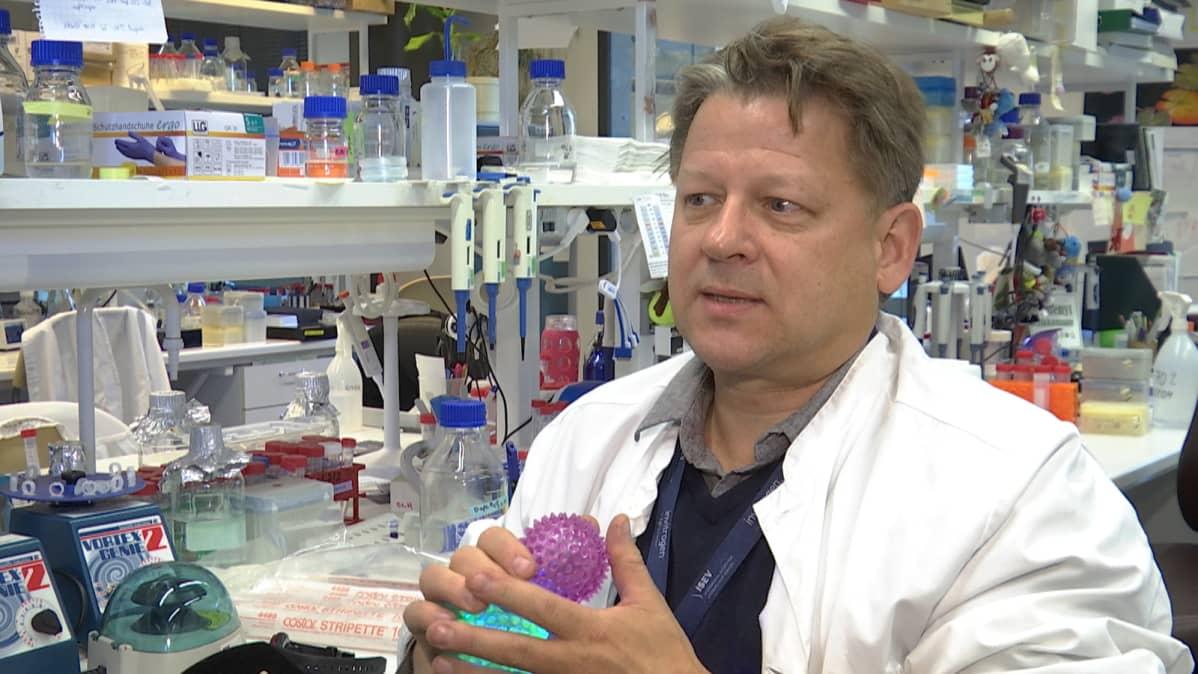 Oulun yliopiston kehitysbiologian professori Seppo Vainio Biocenterin laboratoriossa.
