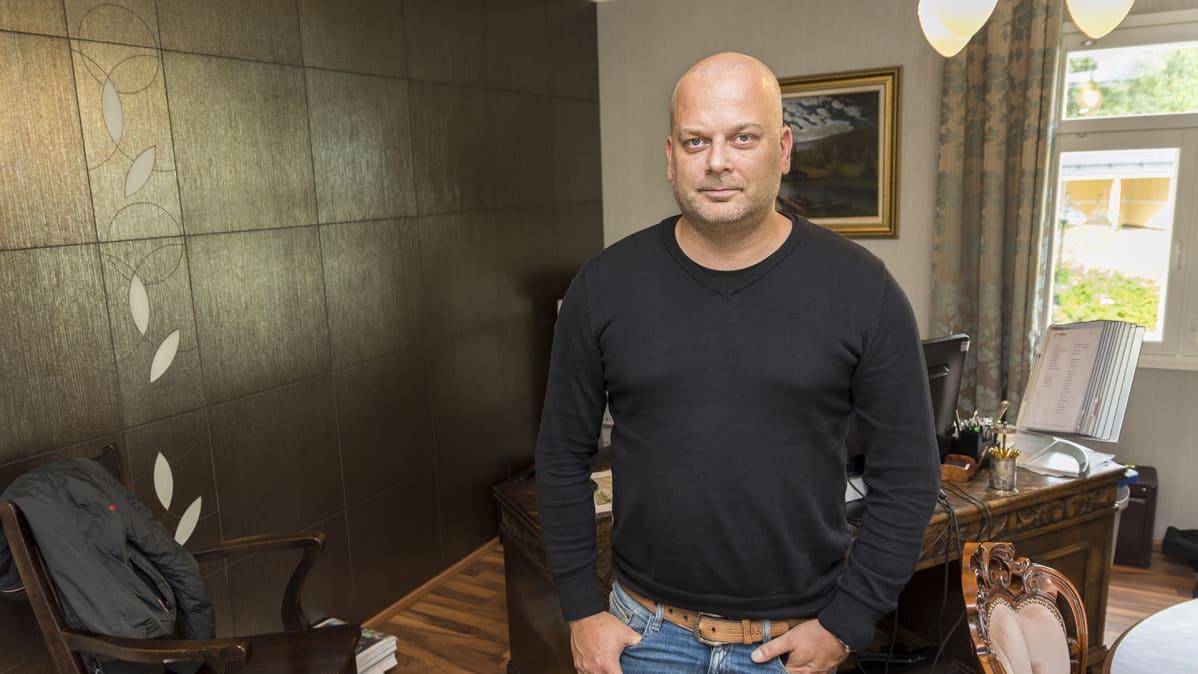 Petri Makkonen PKY Travelin toimitiloissa Sotkamossa.