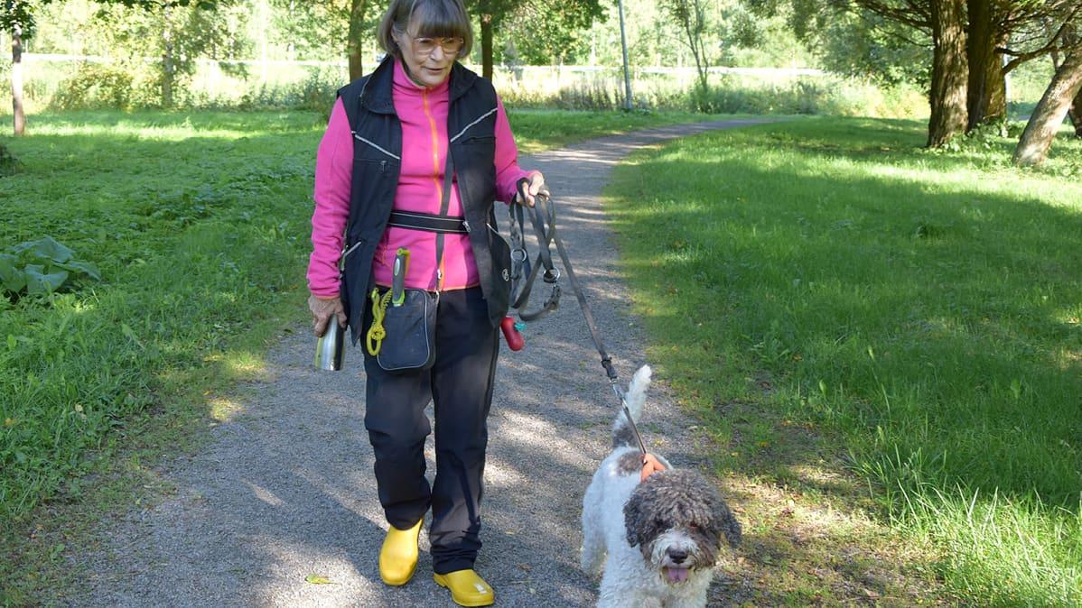Nainen ja tryffelikoira menossa tryffeliretkelle