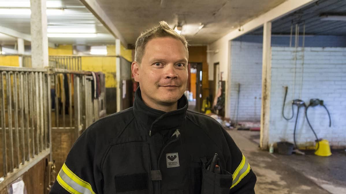 Kainuun pelastuslaitoksen Sotkamon toimipisteen viransijainen paloesimies Mika Korhonen hevostallilla.
