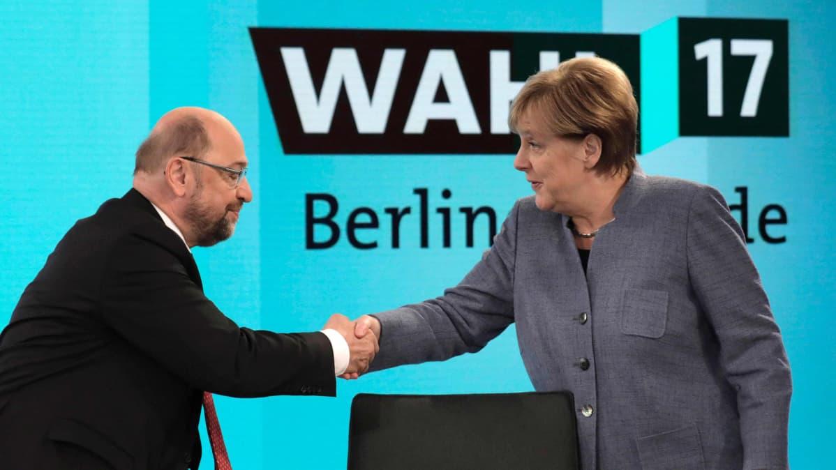 CDU:n puheenjohtaja Angela Merkel kättelee sosiaalidemokraattien johtajaa Martin Schulzia ennen TV-keskustelun alkua Berliinissä 24. syyskuuta.