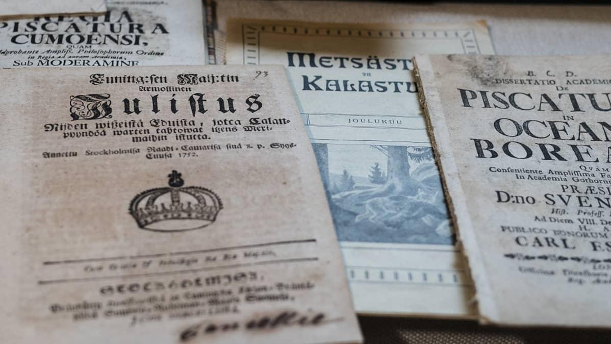 Ari Savikon kalakirjastossa on muiden muassa 1700-luvulla tehtyjä väitöskirjoja.