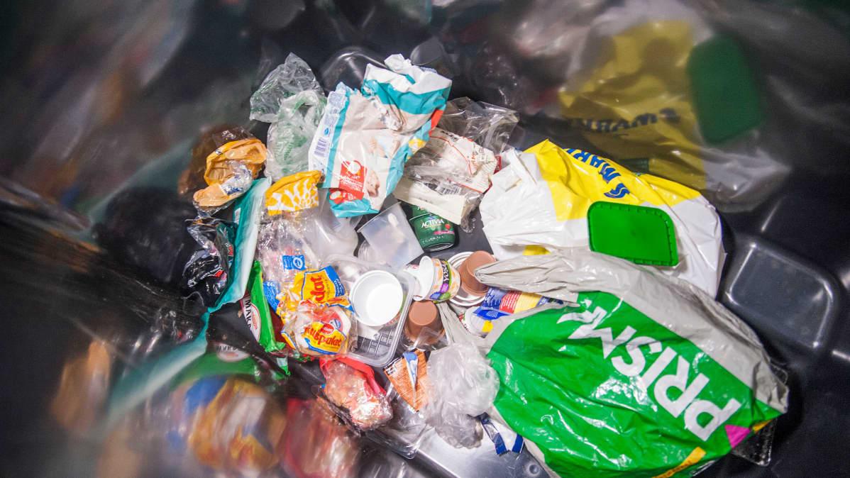 Muovipakkauksia jäteastiassa.