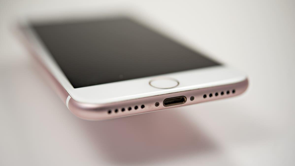 Kuulokeliitännän iPhonessa on korvannut Applen kehittämä Lightning-liitäntä.