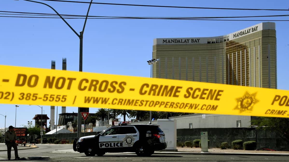 Ammuskelun jäljiltä eristetyn Mandalay Bay -hotellin alue kuvattuna Las Vegasissa 2. lokakuuta. Ampujan ikkuna nähtävissä 32. kerroksessa, oikealla ylhäällä.