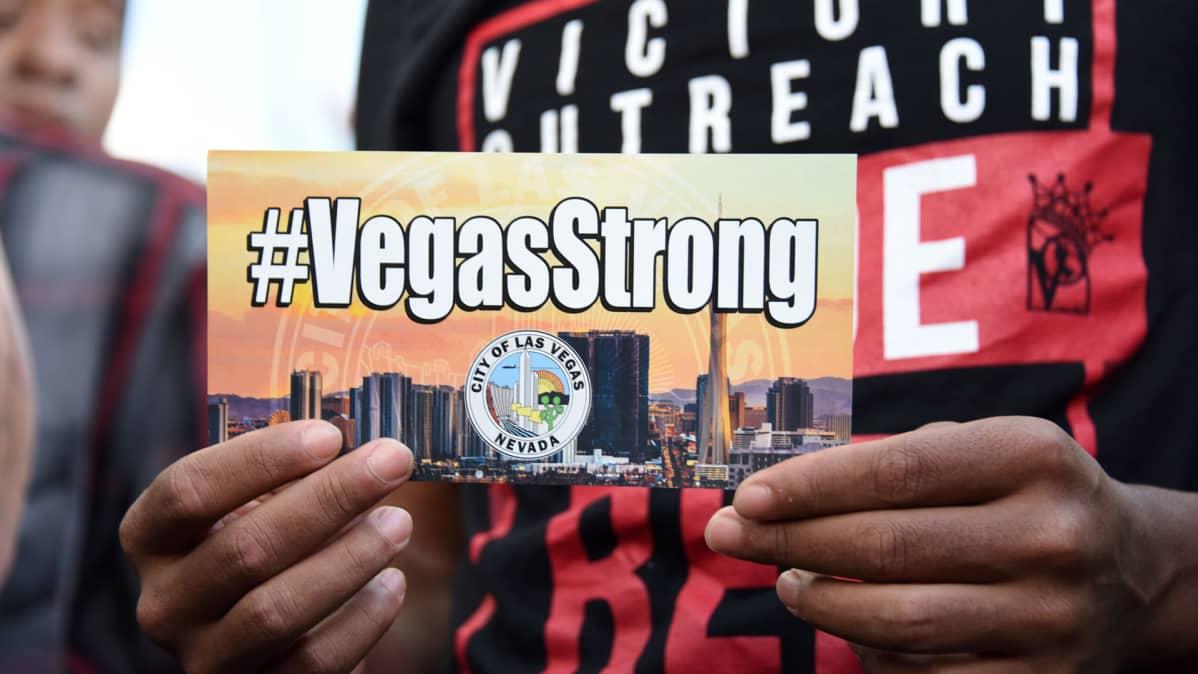Ihmiset saapuivat Las Vegasin kaupungintalolle ammuskelun uhrien muistotilaisuuteen 2. lokakuuta.