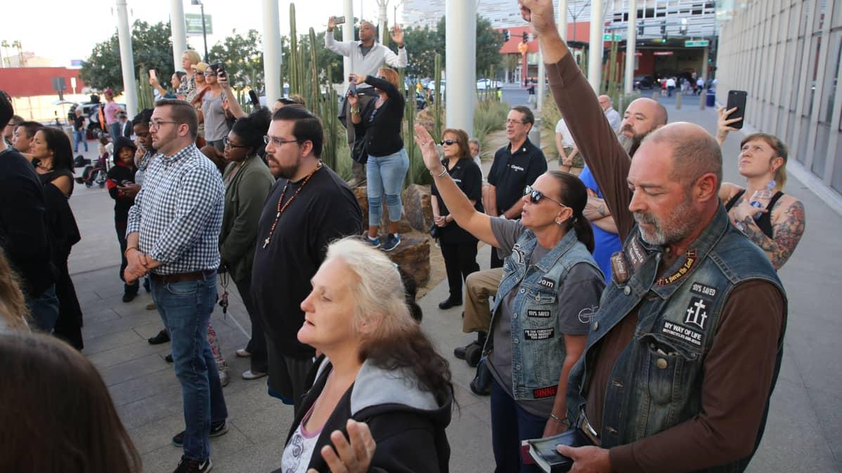 Ihmisiä ammuskelussa menehtyneiden muistotilaisuudessa Las Vegasin kaupungintalolla 2. lokakuuta.