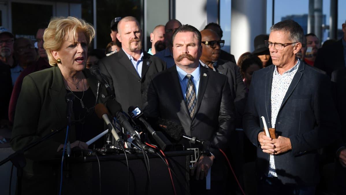 Las Vegasin pormestari Carolyn Goodman puhui muistotilaisuudessa kaupungintalolla 2. lokakuuta.