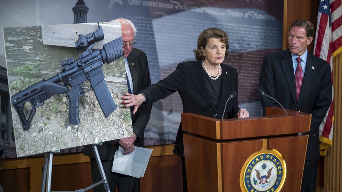 kolme senaattoria ja kuva bump stock -tukista asennettuna aseeseen.
