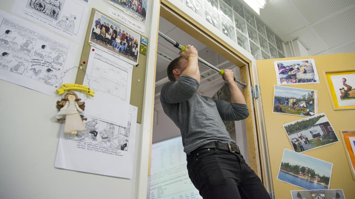Suomussalmen lukion opiskelija vetää leukoja.