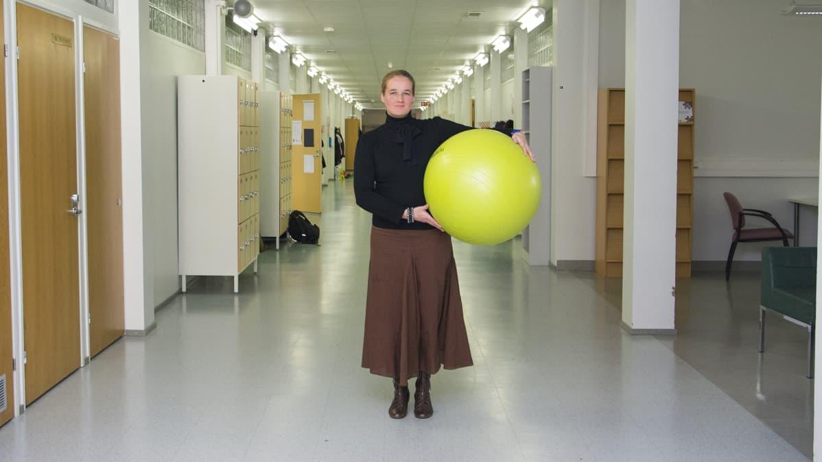 Rehtori Julia Pohjanoja-Kela pitelee käsissään jumppapalloa.