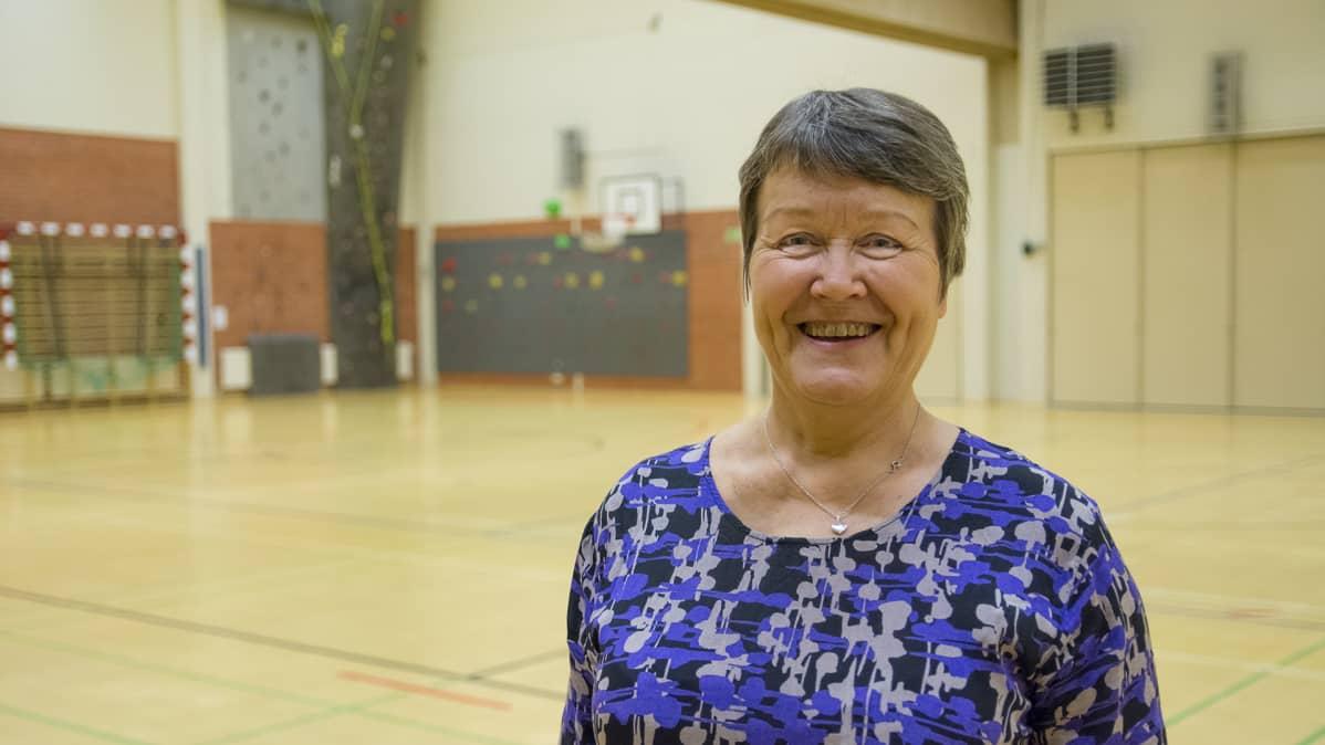 Liikuntasihteeri Pirjo Neuvonen Suomussalmen liikuntahallissa.