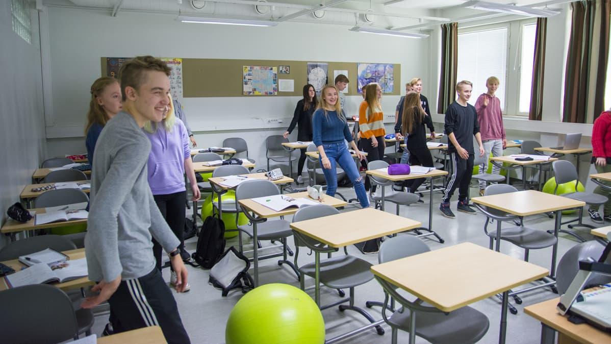 Suomussalmen lukion 17 a taukojumppaa Ruotsin tunnilla