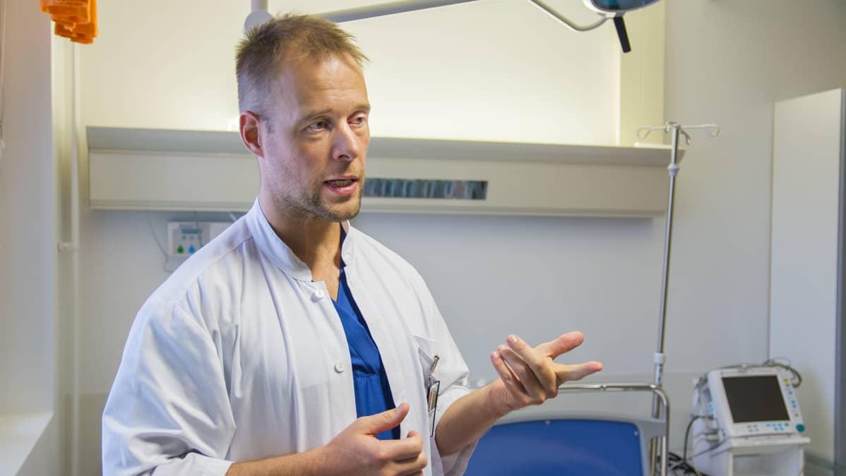 Päivystysylilääkäri Olli-Pekka Koukkari.