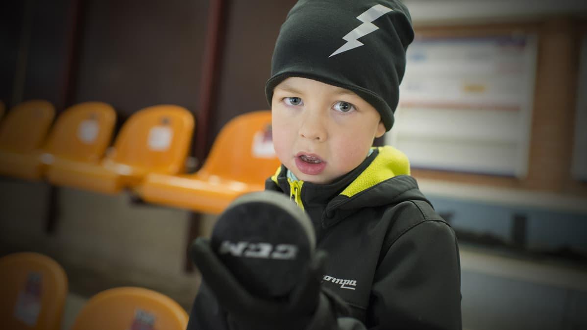 Jesper esittelee jääkiekkoa.