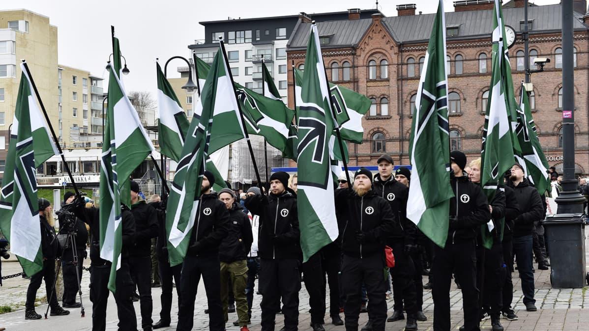 Suomen vastarintaliikkeen uusnatsit kokoontuvat Laukontorilla Tampereella 21. lokakuuta 2017.