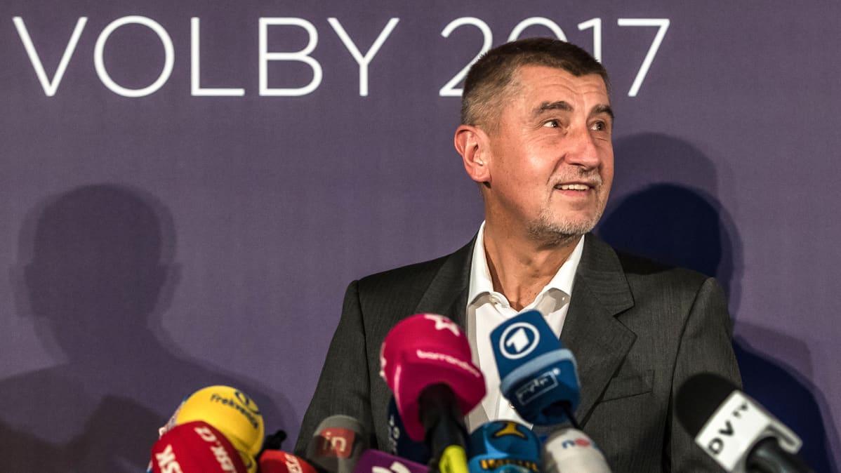 Andrej Babis puhuu lehdistölle ANO-liikkeen vaalitilaisuudessa Prahassa 21. lokakuuta.