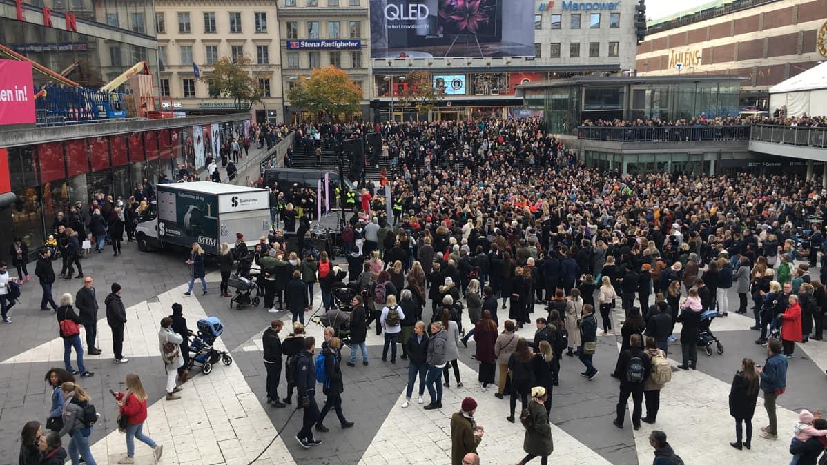 Ihmisiä Sergelin torilla Tukholmassa.