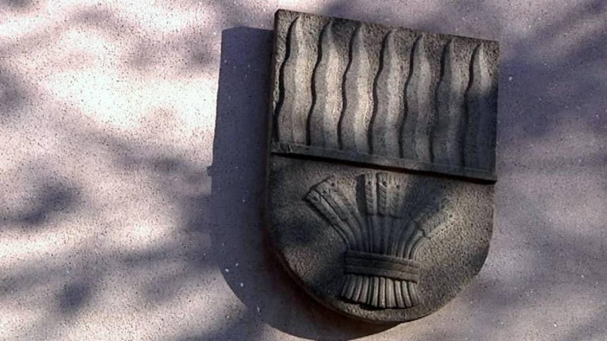 Graniittinen vaakuna kaupungintalon seinässä