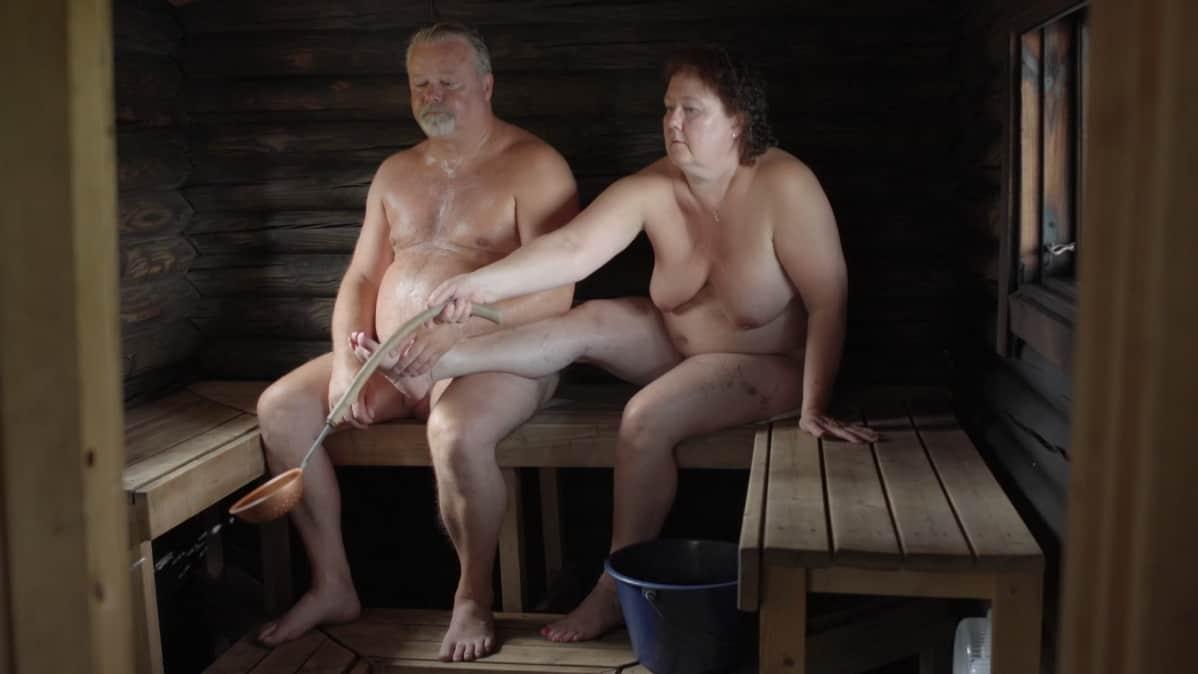 Timo ja Asta Nuppola saunasa.
