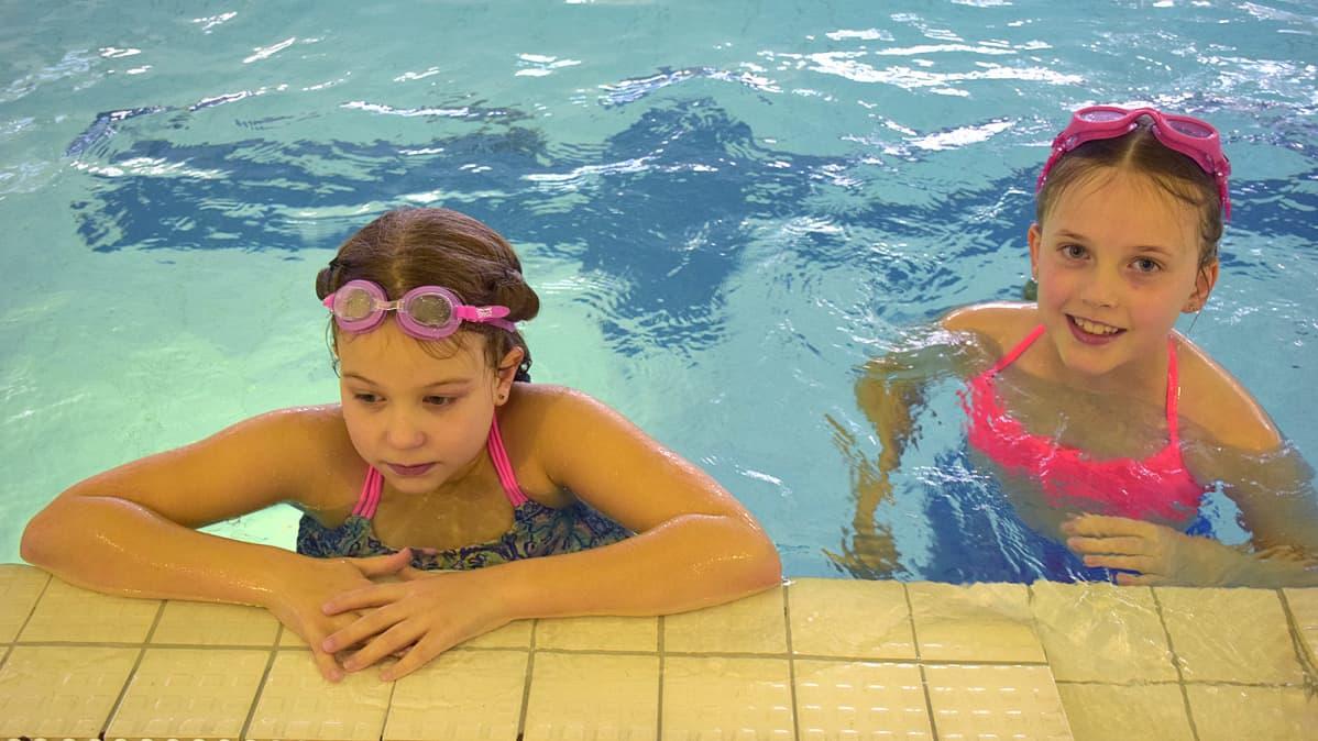 Kaksi tyttöä uima-altaassa