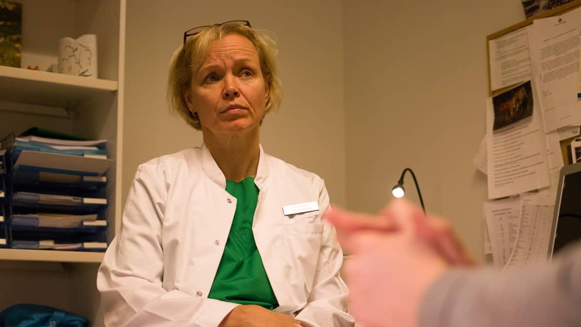 Lapsettomuuslääkäri Riitta Koivunen