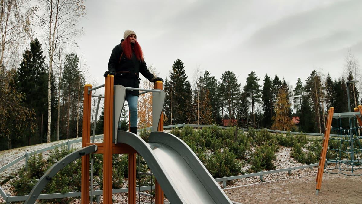 Nuori nainen puistossa