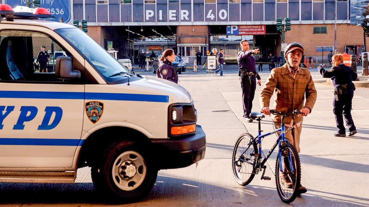 poliisiauto ja polkupyöräilijä