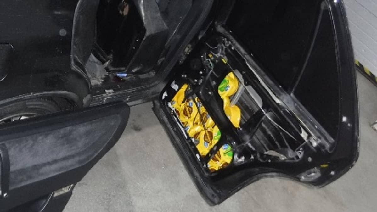 juustoja kätkettynä autoon