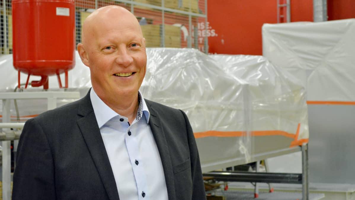Proventian toimitusjohtaja Jari Lotvonen seisoo yrityksen tiloissa