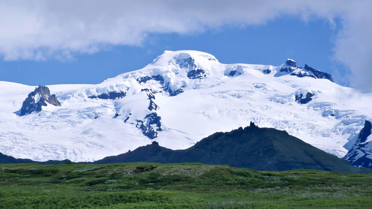 Jääpeitteinen tulivuori Öræfajökull kuvattuna 2004.