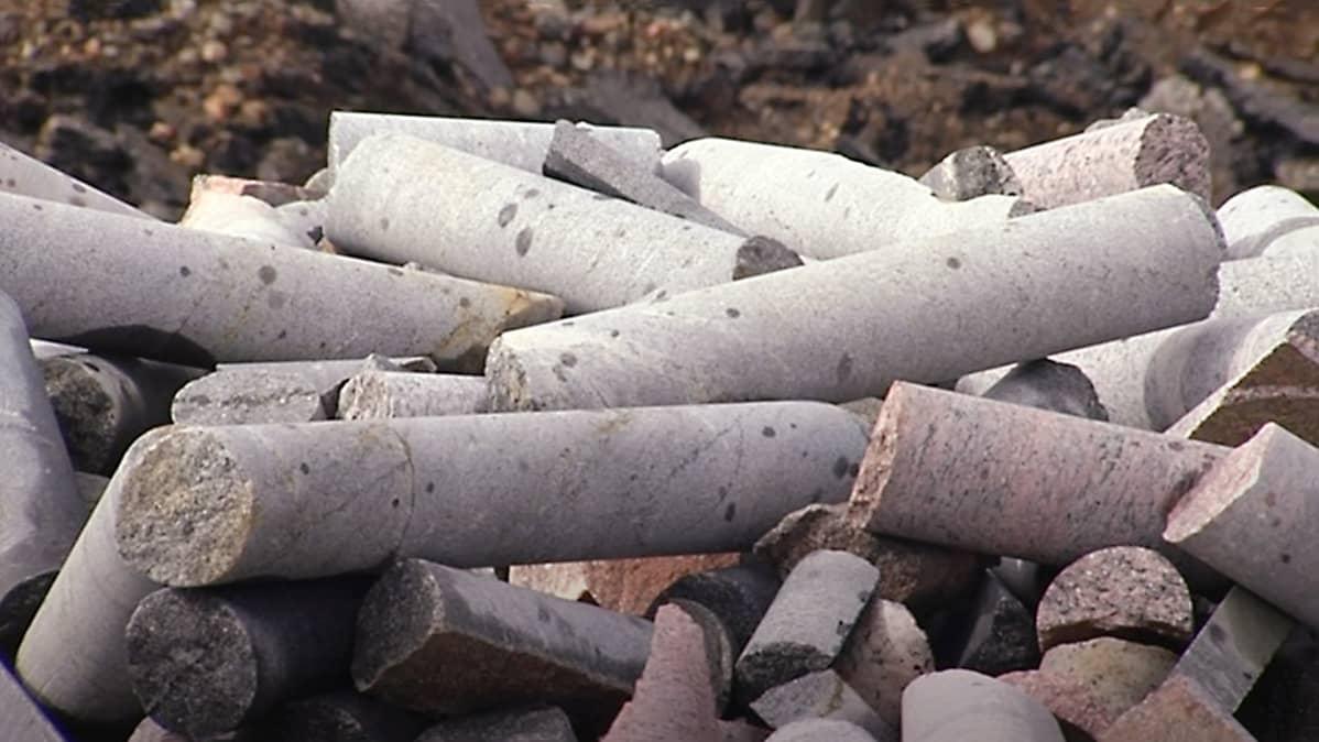 Malminetsintäkairauksissa saatavista kairasydämistä tutkitaan, mitä metalleja kallioperä kätkee.