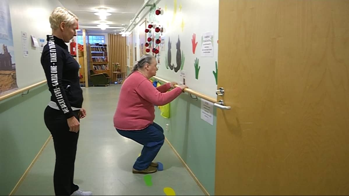 Heli Nokelainen opastaa Vuokko Sorsaa tekemään kyykkyjä