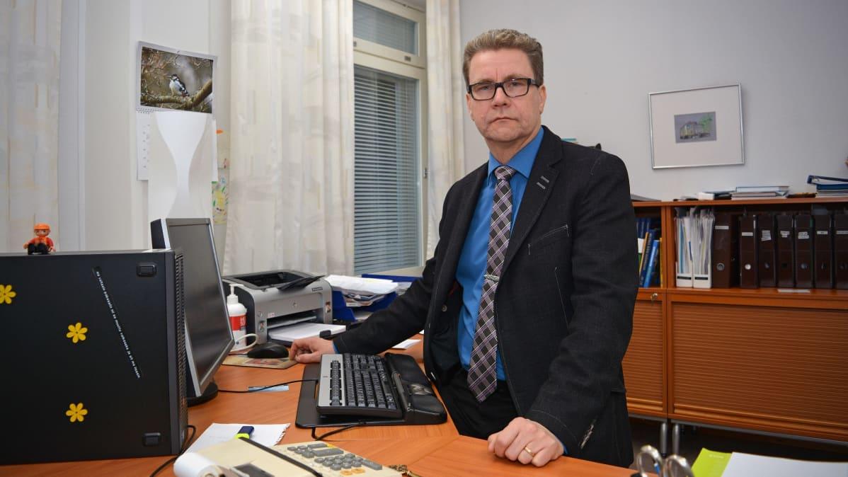 Teuvan kunnanjohtaja Veli Nummela työhuoneessaan.