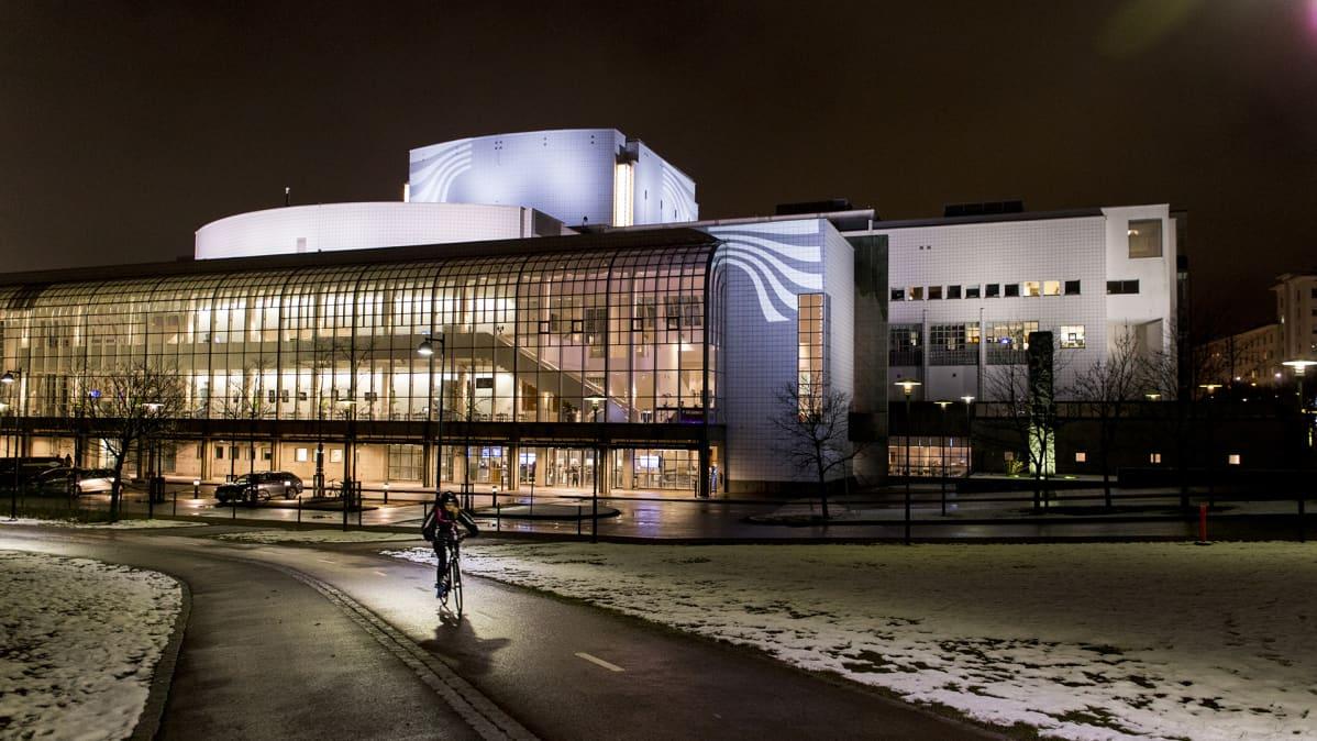 Suomen kansallisooppera iltavalaistuksessa.