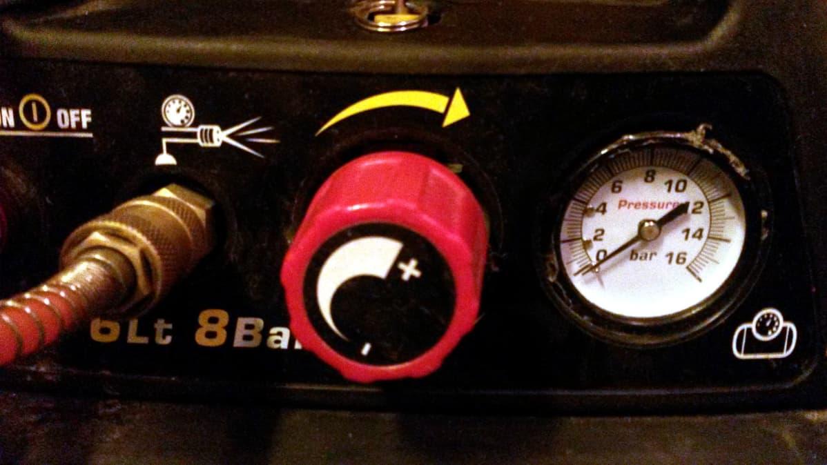 Paineilmakompressorin mittari.