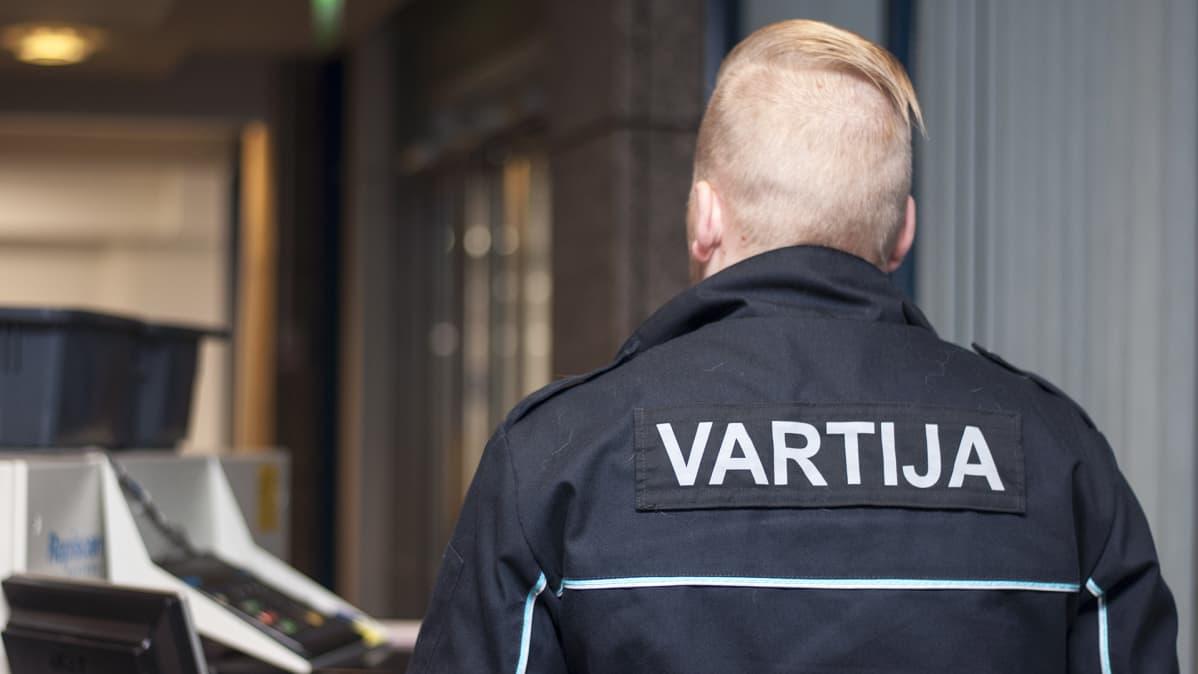 Vartija turvatarkastuslaitteiden kanssa keski-suomen oikeustalolla