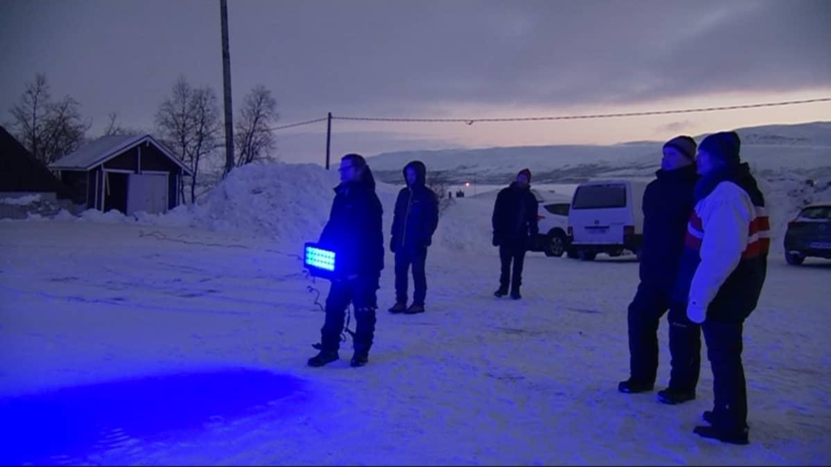 Kari Kola näyttää, minkälaisilla heittimillä Saana valaistaan.