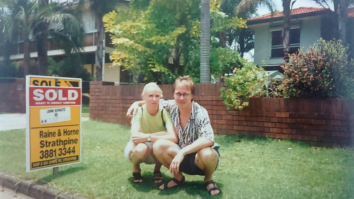 Tuula ja Krisse oman talo edustalla Brisbanessa.