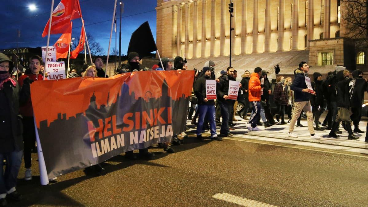 Mielenosoitus eduskuntatalon edessä