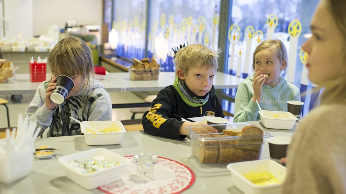 Lapsia ruokatunnilla koulussa.