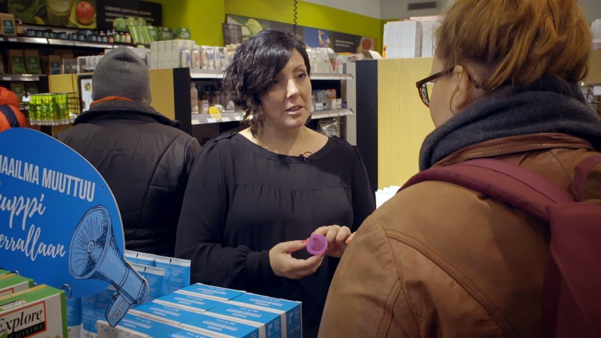 Heli Kurjanen esittelee Lunette-kuukautiskuppia.