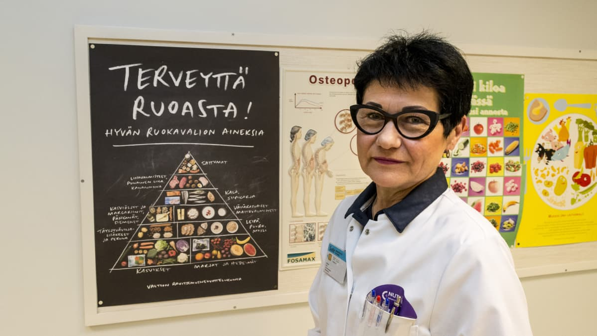 Kainuun keskussairaalan laillistettu ravitsemusterapeutti Eeva Nissinen seisoo työhuoneessaan.