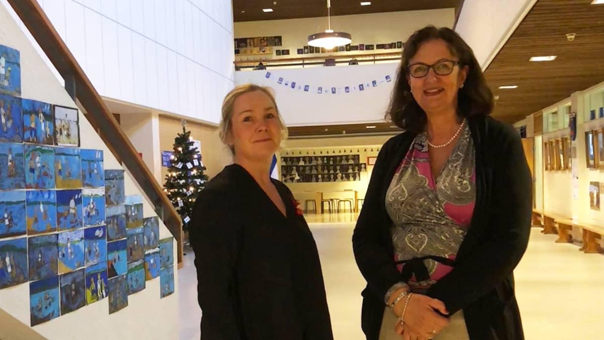 Kuvassa vararehtori Mira Tallgård ja rehtori Kristiina Hellstrand entisen kauppaoppilaitoksen aulassa