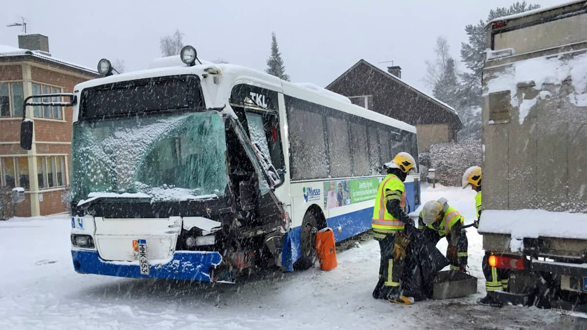 Onnettomuuteen joutunut bussi Takahuhdissa