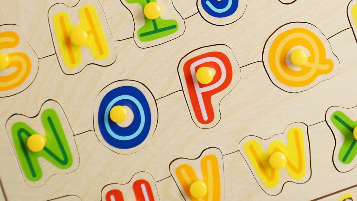Hape ABC-nuppipalapeli – tukehtumisvaara. Lelusta irtoaa alle 3-vuotiaille vaarallisen pieniä osia.