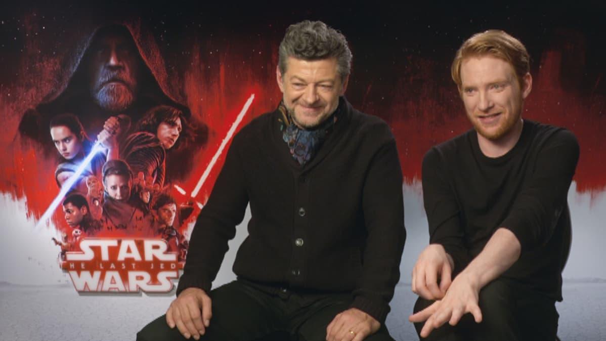 Andy Serkis (vas.) ja Domhall Gleeson haastattelussa.